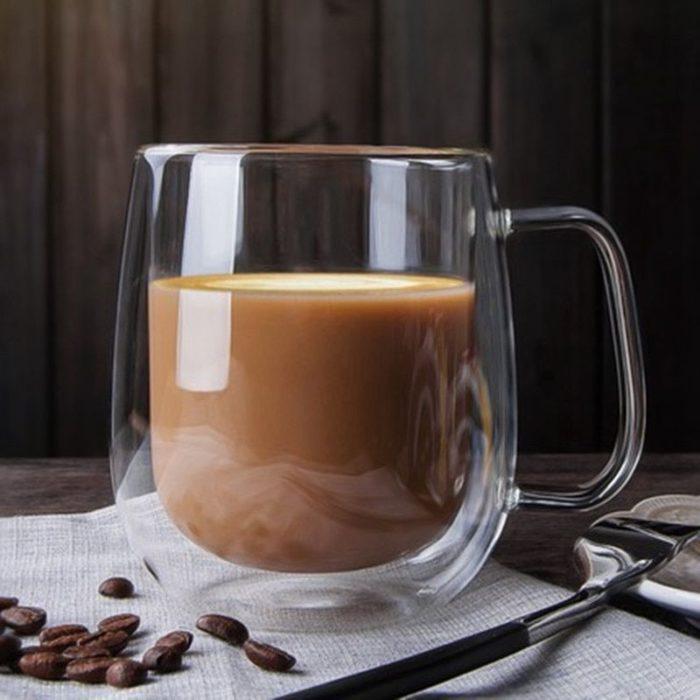 Taza de café sobre servilleta blanca