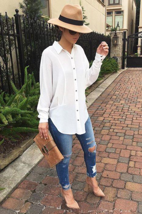 Outfit de chica usando una camisa blanca de botones
