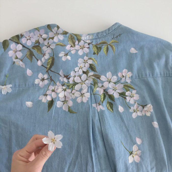 Camisa tipo denim con hojas veres y flores de árbol de cerezo color blanco