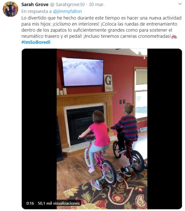 Captura de Twitter con fotografía de niños jugando en bicicleta