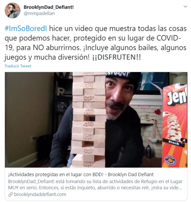 Captura de Twitter con fotografía de un hombre jugando jenga