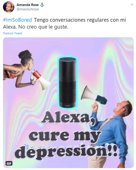 Captura de Twitter con fotografía de dos personas hablando por un megáfono