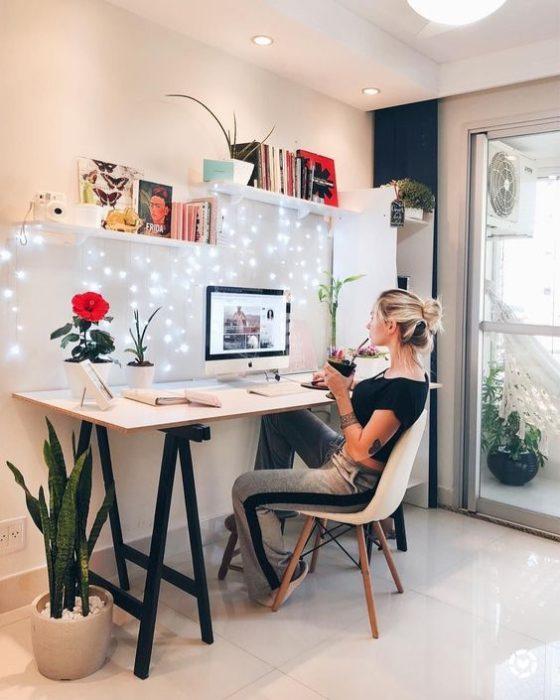 Mujer realizando home office