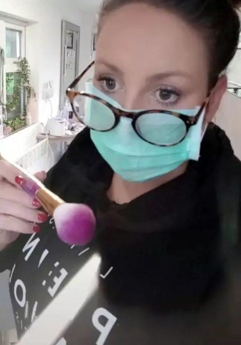 Artista del maquillaje maquillando a sus clientas a través del buzón
