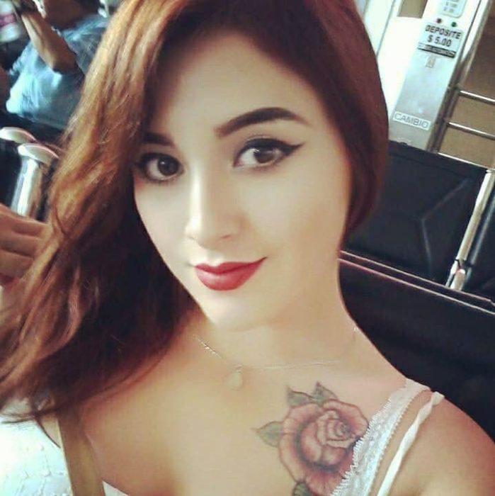 Selfie chica muestra su maquillaje
