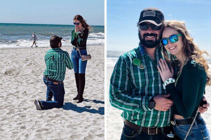 Pareja de novio que se comprometieron en medio de la playa