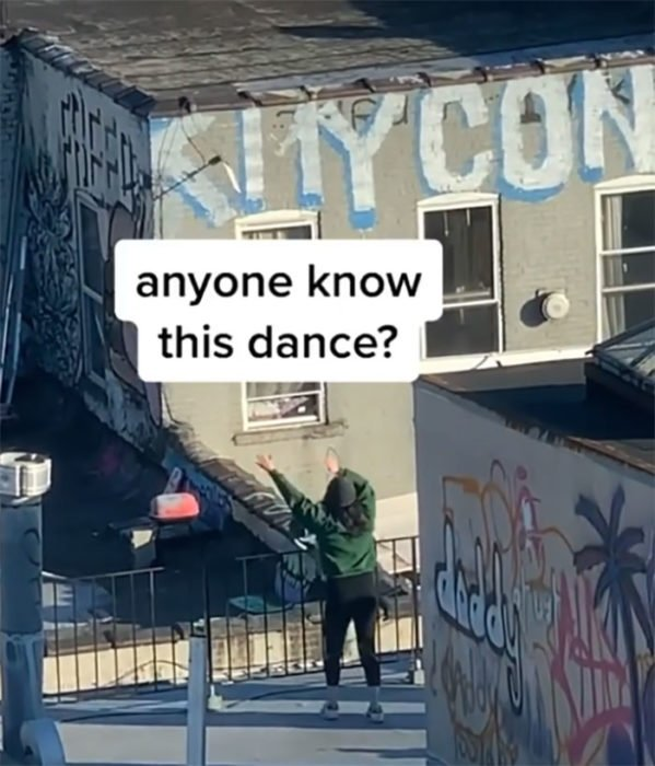 Chica bailando en el techo de su edificio