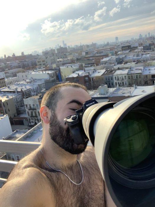 Chico tomando fotografías con su camara en mitad de la cuarentena