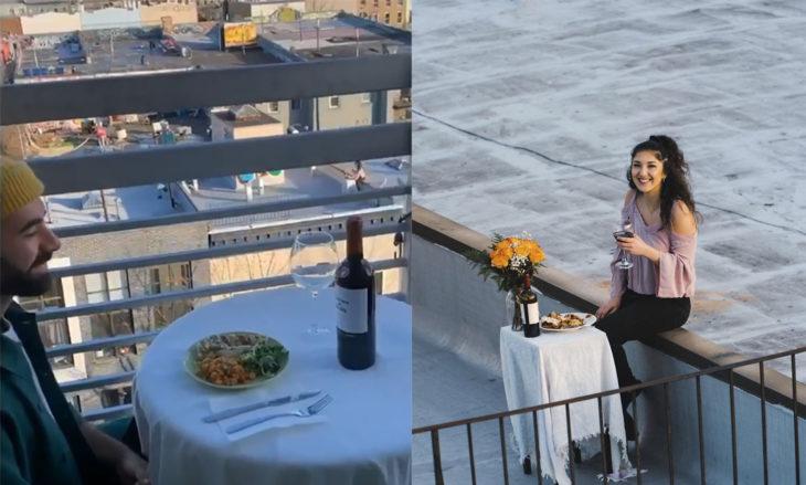 Chicos comiendo cad uno por su lado mientras se ven desde el balcón y el techo