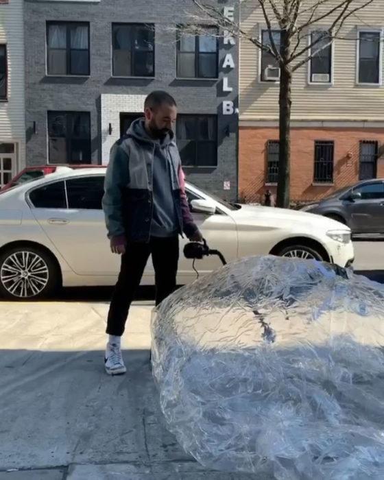 Sale a la calle en una burbuja de plástico para conocer a chica