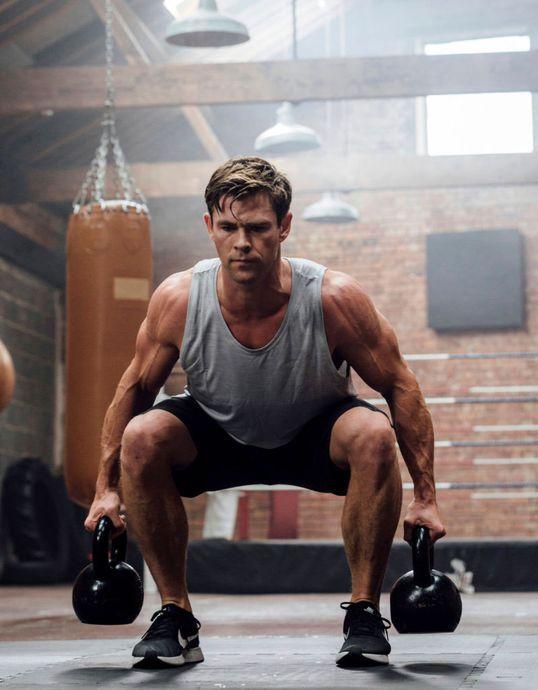 Chris Hemsworth haciendo ejercicio en su casa con pesas de alto impacto