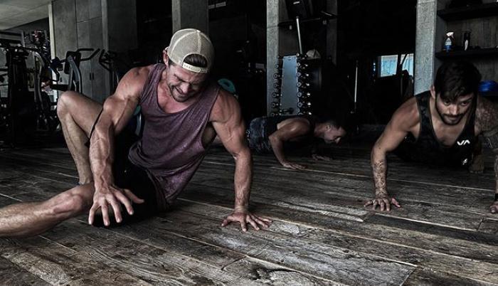 Chris Hemsworth haciendo ejercicio desde la comodidad de su casa
