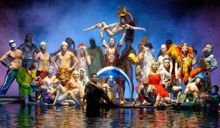 Elenco de Cirque du Soelil posando para una fotografiara