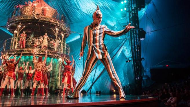 Payasoos del Cirque du Soleil recibiendo la público