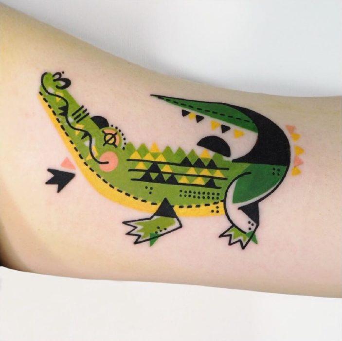 Tatuaje de la artista Moon Blue Ink de un cocodrilo