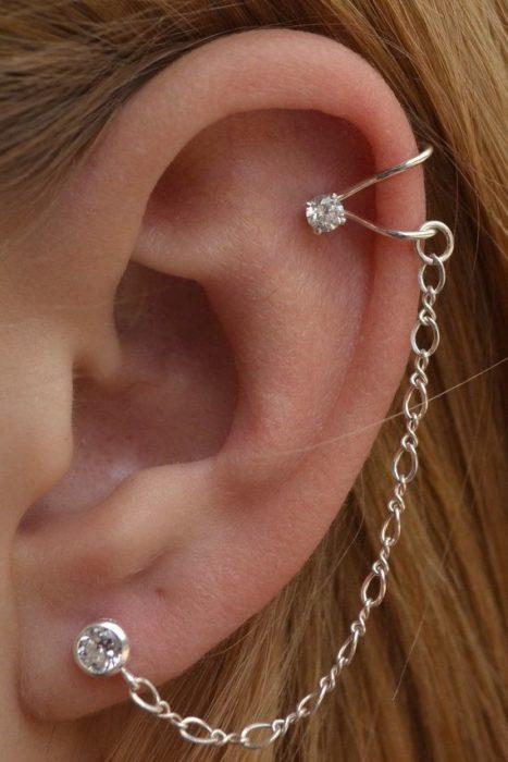 Arete para oreja con colgante y piedritas en cada extremo