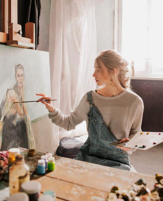 Astronauta de la NASA da consejos para pasar la cuarentena; mujer artista en su estudio pintando retrato al óleo, pintora