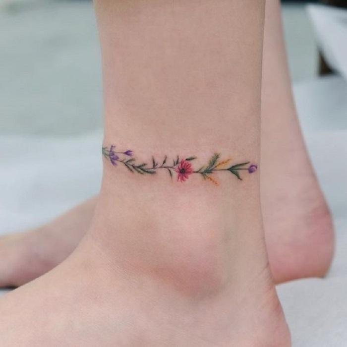 Tatuaje de flores al rededor del tobillo