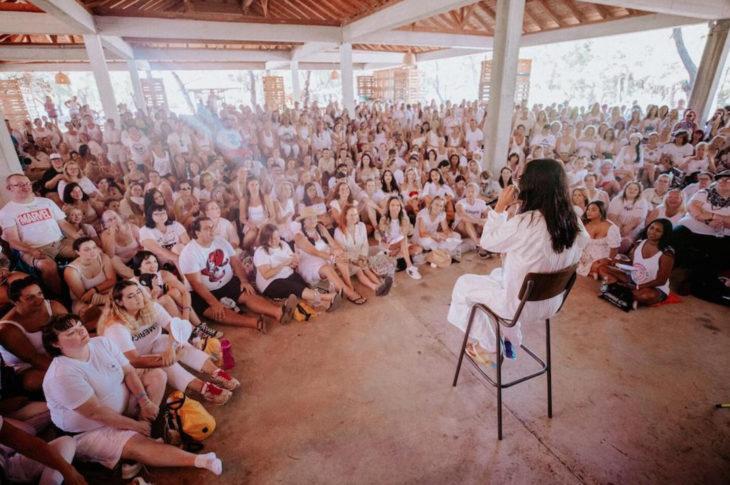 Jared Leto vestido de blanco hablando con sus fans, culto