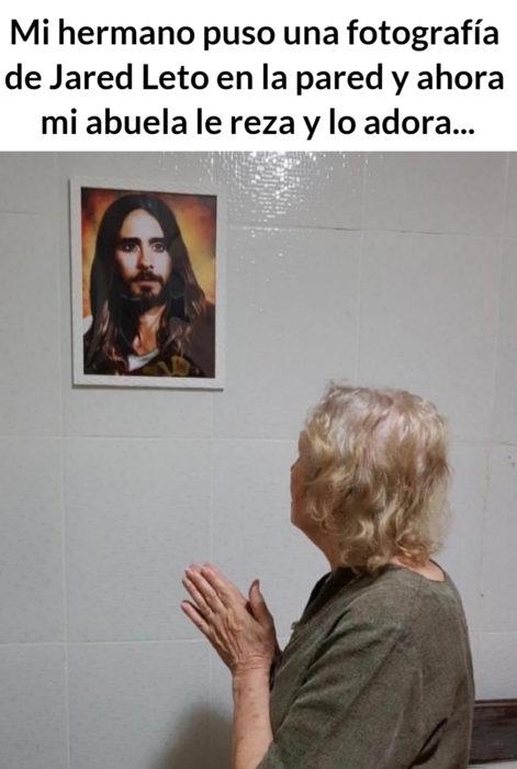 Meme de abuelita rezando a Jared Leto