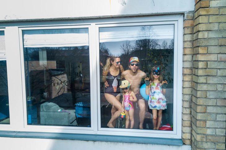Familia dentro de su casa listos para un día de playa