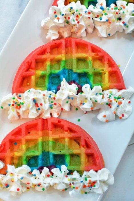 Waffles de colores arcoíris