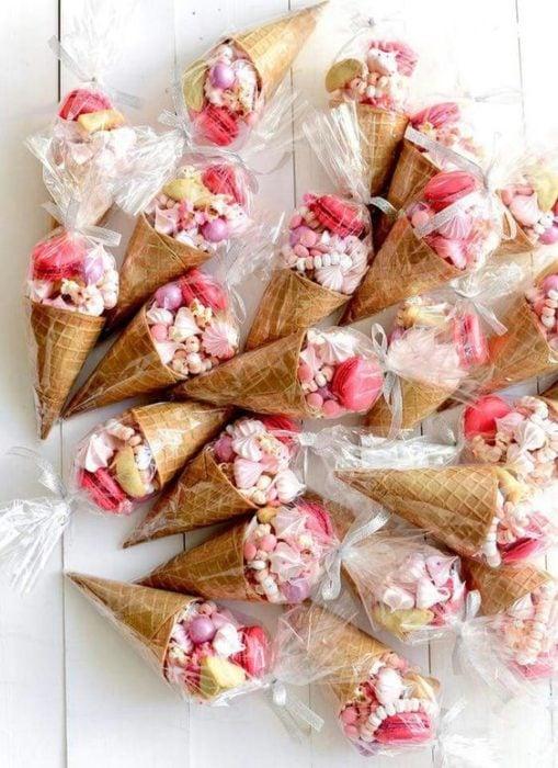 Conitos con dulces y macarons de colores