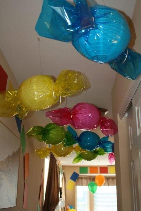 caramelos flotantes hechos con lámparas de papel de techo y celofán de colores