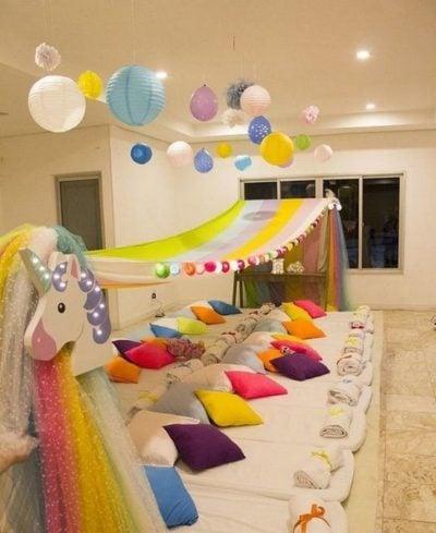 Decoración de habitación para hacer pijamada con colchonetas, cojines y telas de colores