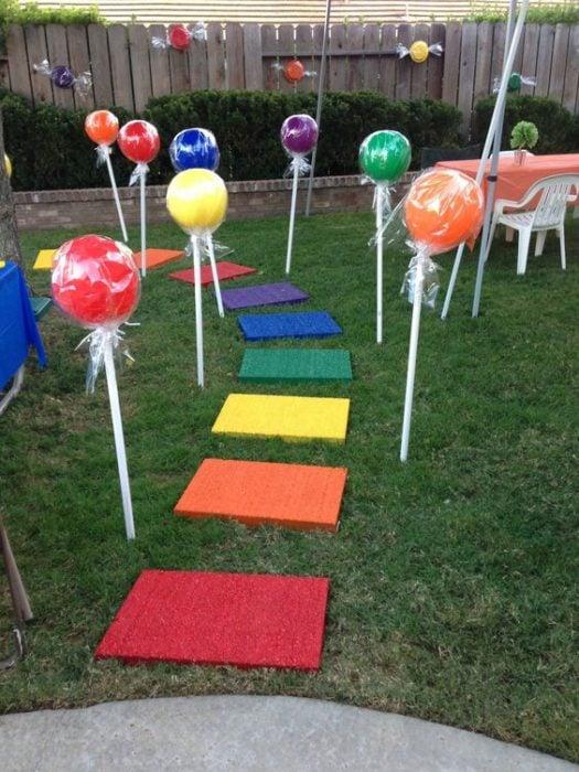 Camino de adornos en forma de paletas para decoración de fiesta infantil
