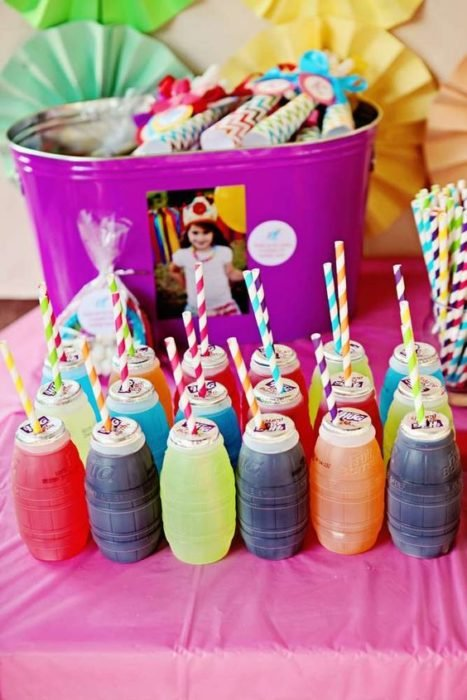 jugos de sabores con popotes de colores para fiesta infantil