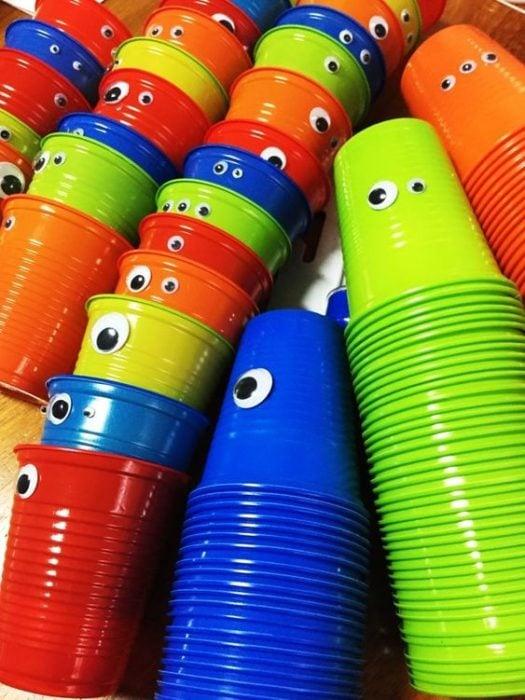 vasos de colores con ojitos