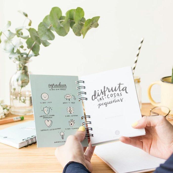 Chica sosteniendo un diario de gratitud