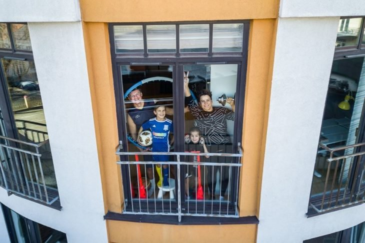 Familia lista para realizar ejercicio dentro de su casa