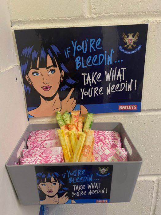 Canastilla con productos de higiene menstrual disponibles de manera gratuita para alumnas