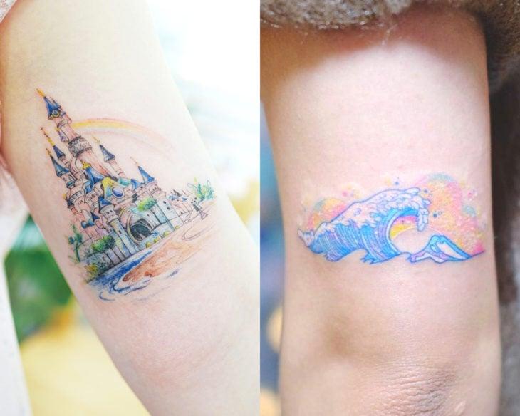 Estilos de tatuajes femeninos; tatuaje colores pastel, castillo Disney y olas de mar