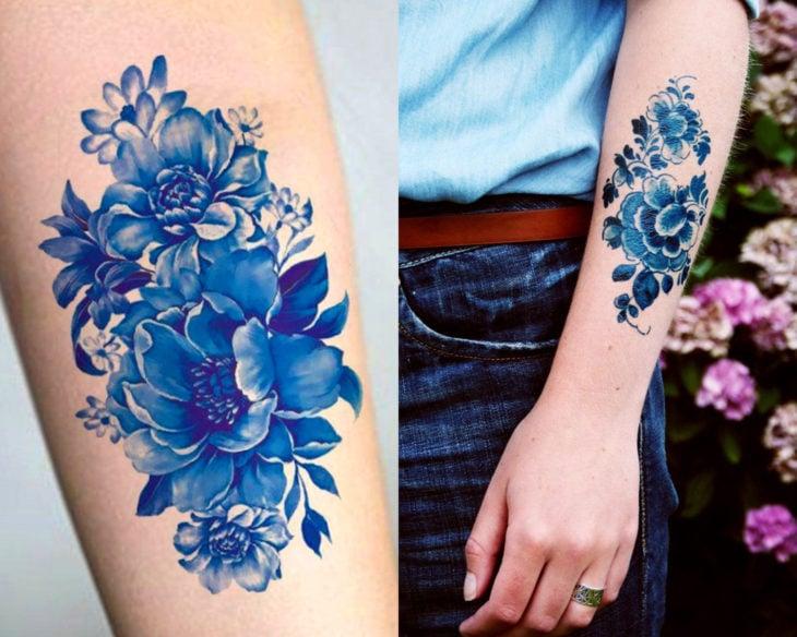 Estilos de tatuajes femeninos; tatuaje de tinta azul de flores en el brazo