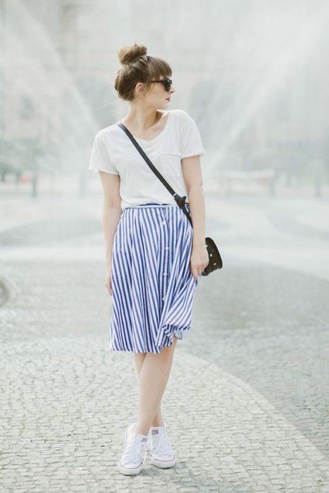 Falda de estampado a rayas azul con blanco