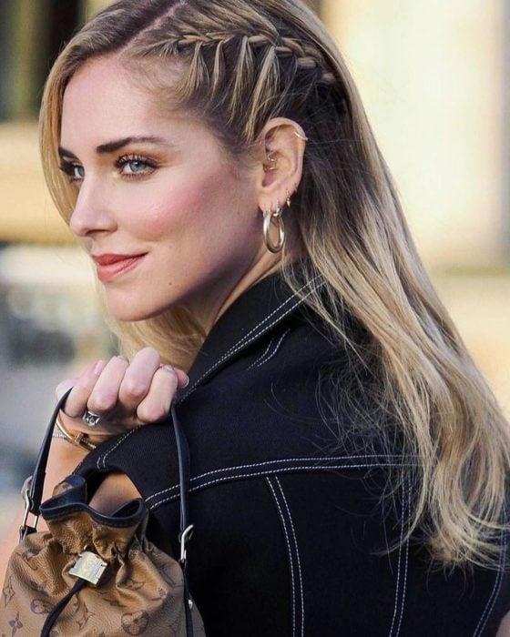 Chiara Ferragni posando con un outfit de mezclilla para una revista