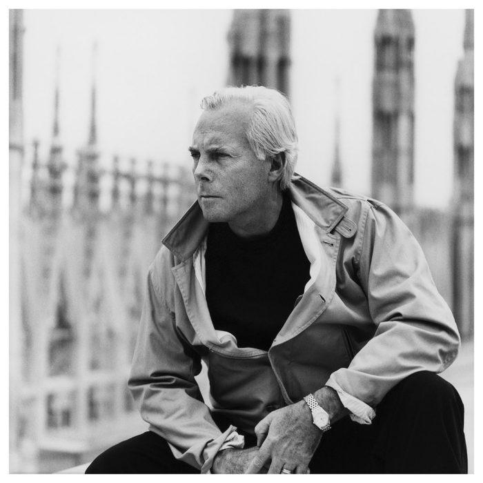 Giorgio Armani sentado en una plaza de Londres admirando el paisaje