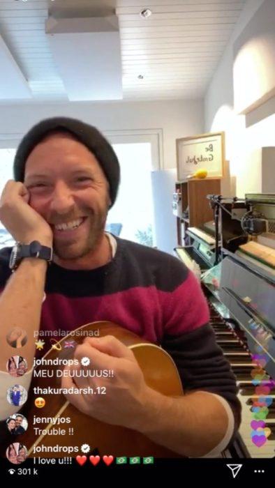 Chris Martin dando un concierto desde su casa
