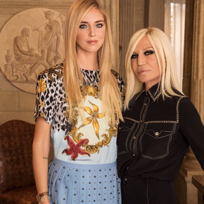 Donatella Versace y Chiara Ferragni abrazadas posando para una fotografía