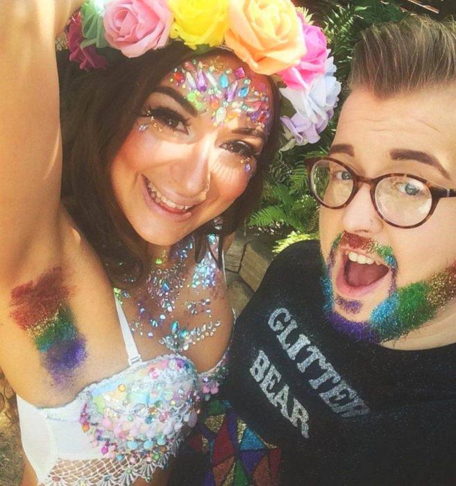 Glitterpits la nueva moda de Instagram en la que mujeres ponen diamantina en sus axilas; chica y mejor amigo