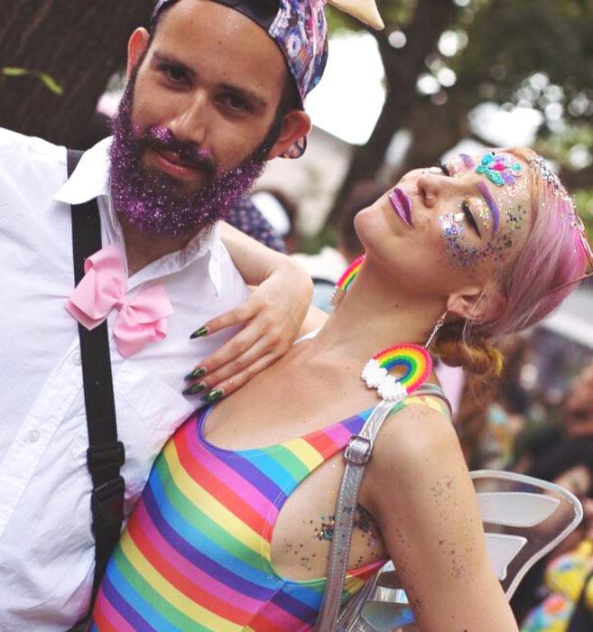 Glitterpits la nueva moda de Instagram en la que mujeres ponen diamantina en sus axilas; pareja de amigos abrazada