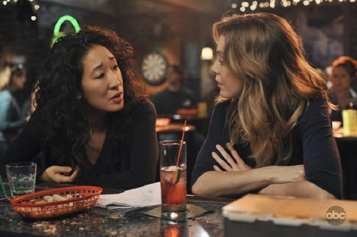 Escena de Grey's Anatomy, Merdith y Cristina en el bar