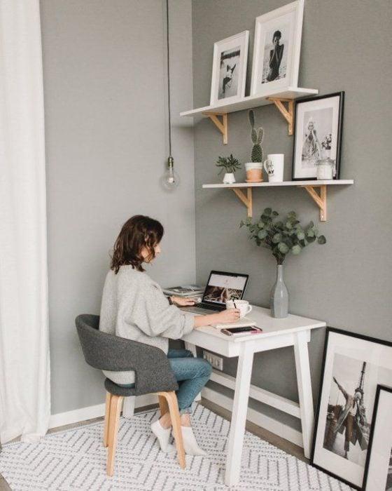 Chica realizando home office