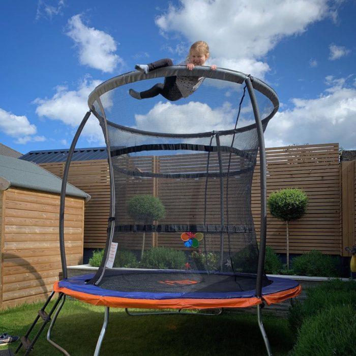Foto editada de Stephen con Hannah en el trampolin