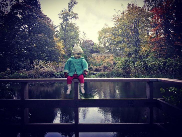 Foto editada de Stephen con Hannah sentada en un puente