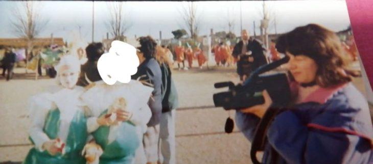 Mujer sosteniendo una videograbadora