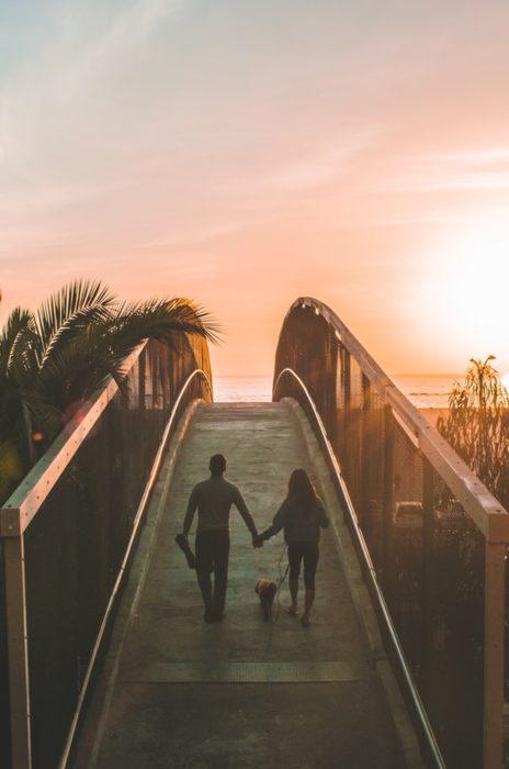 Pareja de novio caminando sobre un puente